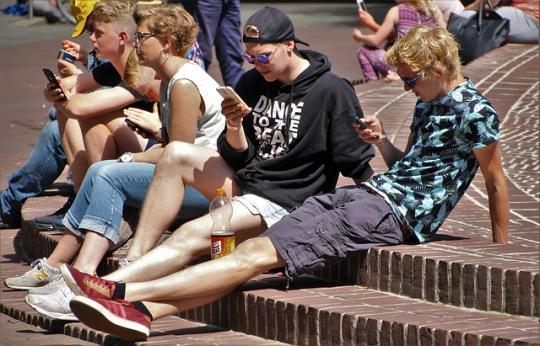 Власти хотят установить вшколах глушилки мобильной связи